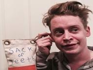Macaulay Culkin zoa nova versão de 'Esqueceram de Mim'