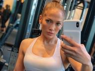 Jennifer Lopez publica foto de biquíni e impressiona