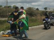 Mulher fica ferida em acidente de moto durante motociata