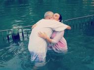 Demi Lovato é batizada no Rio Jordão