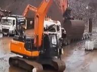 Vídeo: funcionário destrói carro do chefe com escavadeira