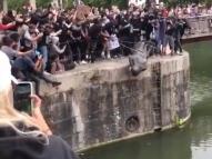 Manifestantes derrubam estátua de traficante de escravos