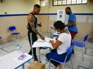No Recife, apesar da regra, eleitor quase vota sem máscara