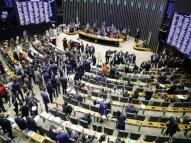 Plenário tem bandeiras, lives e faixas contra reforma