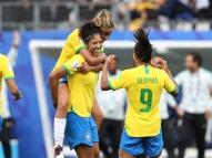 Após vitória, futebol feminino domina as redes sociais