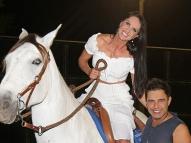 Zezé Di Camargo presenteia Graciele com um cavalo