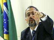Ministro admite vazamento de foto da prova do Enem