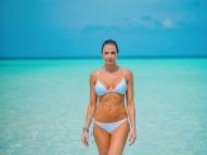 Luciana Gimenez posa de biquíni e arranca suspiros na web