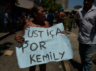 População pede justiça por menina atingida por muro