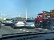 Caminhão bate em nove carros na ponte Rio-Niterói