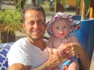 Após polêmicas, Thammy posa com o filho Bento