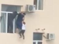 Vídeo: Russo salva garoto pendurado em janela de prédio