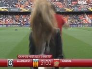 Repórter leva bolada na cabeça em jogo da Liga Europa