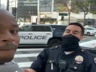 Racismo: negro é abordado por andar com sacola da Versace