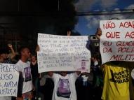 Família protesta contra morte de jovem em festa de brega