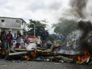 Feirantes interditam via durante protesto em Olinda