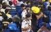 Vídeo: homem atinge torcedor rival usando o filho