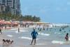 Praia cheia e banhistas sem máscara no Recife neste sábado