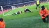 Jogadores do Arsenal se jogam no chão em cena inusitada