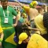 Brasileiros recolhem lixo em estádio após jogo da seleção