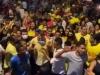 Campanha em PE tem multidão na rua e máscara compartilhada