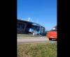 Ônibus articulado desvia de viatura de PM e invade estação
