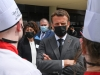 Homem agride Emmanuel Macron com tapa no rosto