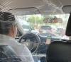 Motorista se previne do covid-19 com barreira de plástico