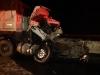 Caminhoneiro causa acidente e morre preso às ferragens